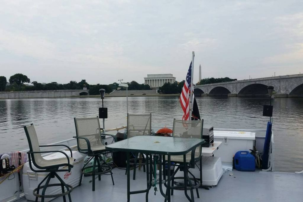 "This is a Washington, DC Airbnb boat rental! Is there anything that says ""summer"" more than staying on a house boat?"